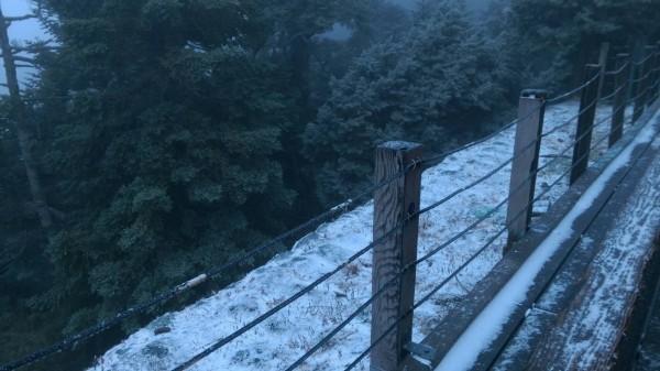 排雲山莊積雪約1公分。(玉管處提供)