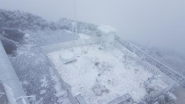 玉山清晨再降雪,玉山北峰氣象站呈現一片雪白。(記者劉濱銓翻攝)