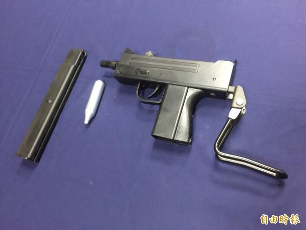 陳男在網路購買的仿烏茲空氣bb槍。(記者陳恩惠攝)