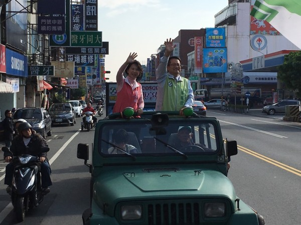 陳亭妃與蔡旺詮今天在東區掃街。(記者邱灝唐翻攝)
