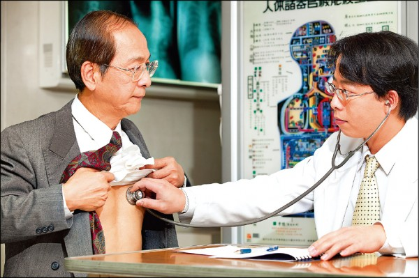 若心臟功能失調,也有可能引發中風;圖為情境照,圖中人物與本文無關。