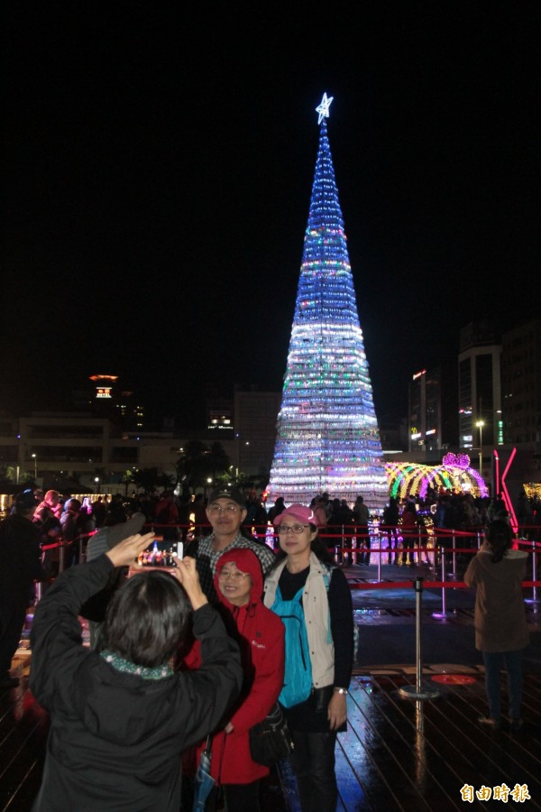 高17米的環保耶誕樹點燈,吸引民眾搶拍。(記者林欣漢攝)