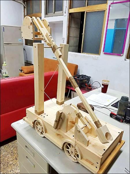 全木頭打造的古代戰爭用投石車,是黃思銘最喜歡的作品。(記者曾健銘翻攝)