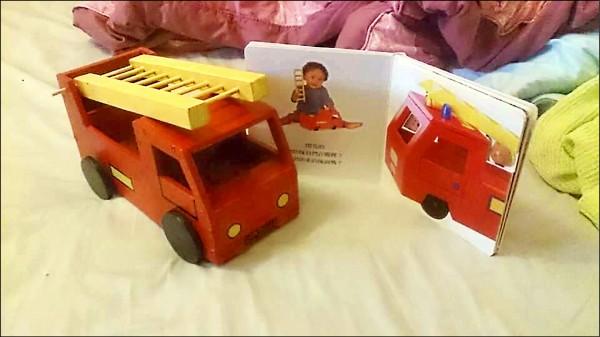 黃思銘照著故事書上的圖片,作出可愛的消防車模型。(記者曾健銘翻攝)