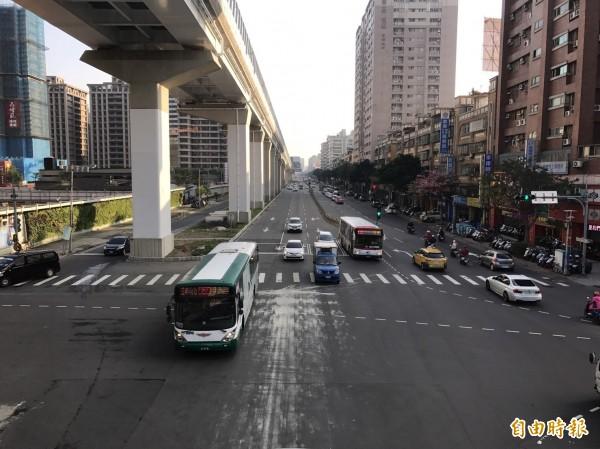 新莊思源路路幅寬,尖峰時間公車量也達標,新北市交通局預計明年七、八月間最靠外緣的快車道作為類公車專用道,候車亭則在捷運橋墩下方。(記者葉冠妤攝)