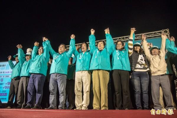 翁章梁(右5)在東石鄉舉辦說明會。(記者林宜樟攝)