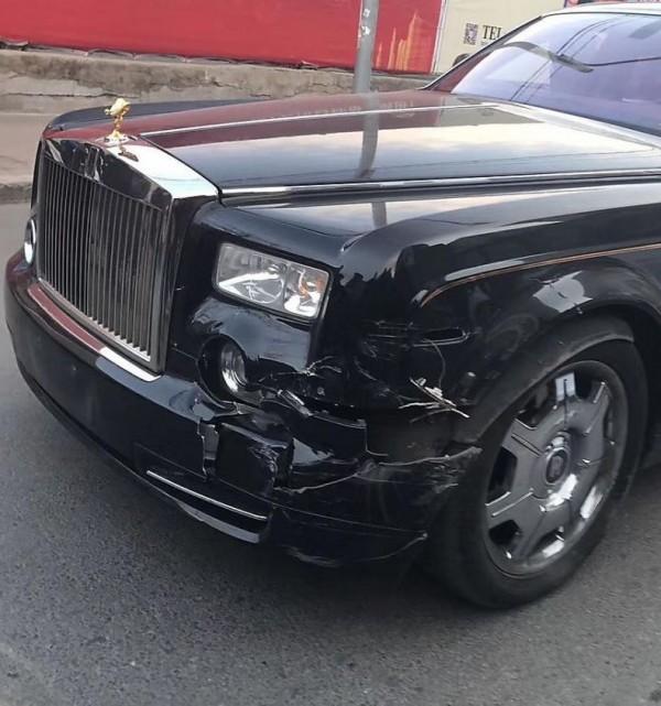 勞斯萊斯左側車體多處受損。(擷取自微博)