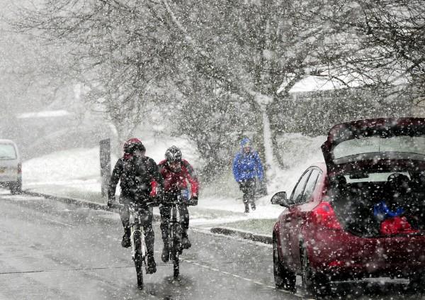 英國多處遭大雪壟罩。(美聯社)