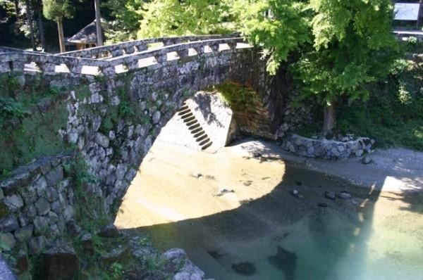 著名戀人勝地「愛心石橋」在地震修復工程後,重新對外開放。(圖擷取自 美里町公式ウェブサイト)