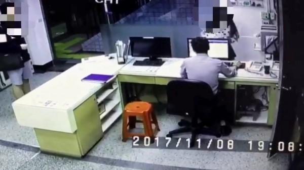 石女求助警方,陳男(左)站在一旁。(記者余衡翻攝)