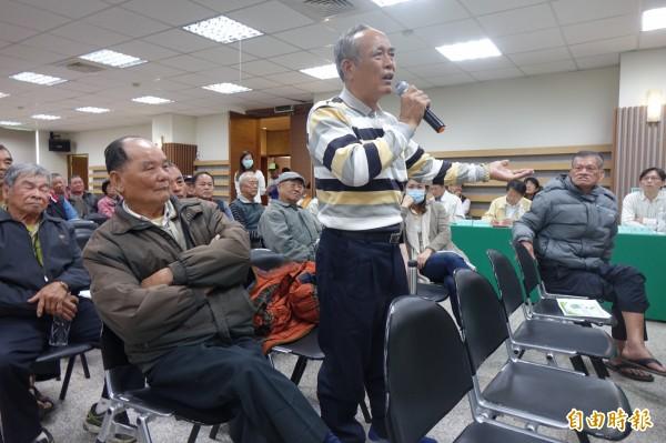 彰化縣和美鎮嘉犁里長陳英傑(站立者),強調整治污染農地要提出有效方法。(記者劉曉欣攝)