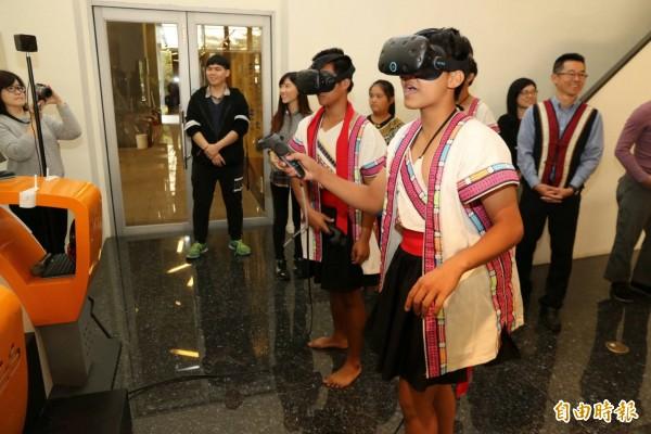 學生體驗虛擬實境。(記者黃旭磊攝)