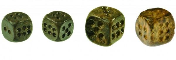 西拉雅族的文化遺留中,找到以鹿角製作的4枚骰子。(史前文化博物館 南科分館籌備處提供)