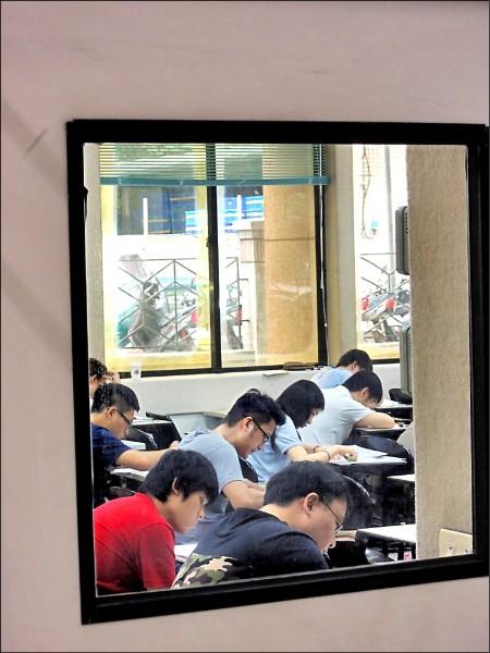 律師近年來人數暴增,考選部預計明年一月推行「樓地板成績」新制,錄取人數估將下降兩成。圖為司法官、律師考試情形。(資料照)