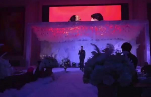 走道被白布覆蓋,搭配白花,燈光照射下的舞台顏色慘白,氣氛陰森。網友笑稱:「婚姻是愛情的墳墓。」(圖翻攝自梨視頻)