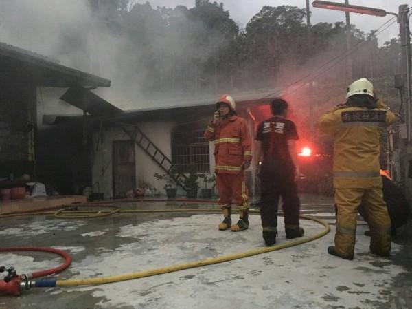 南投水里發生民宅火警,消防人員抵達火場,約半小時控制火勢。(記者劉濱銓翻攝)