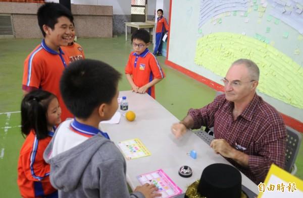 內角、玉豐、竹門等3所國小共聘外籍老師,今天設計闖關活動,讓學童透過生動活潑遊戲方式樂學英文,小朋友玩得不亦樂乎,英語朗朗上口。(記者王涵平攝)