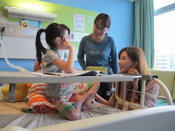 藝人林志玲探視病童。(台大兒童醫院提供)