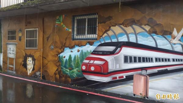 冬山鄉公所在冬山老街周邊巷弄牆上進行彩繪,主題以冬山特產、農村風貌為主。(記者張議晨攝)