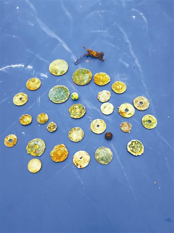 從棺木中發現的錢幣。(取自搜狐)