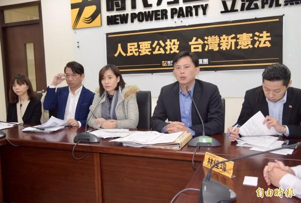 時代力量立委黃國昌(右二)說,台灣民主化過程經過前輩長期奮鬥,表示屬於國民的「制憲權,在國家主權和國民主權的高度之下,就應該在公投法裡面予以落實」。(記者黃耀徵攝)