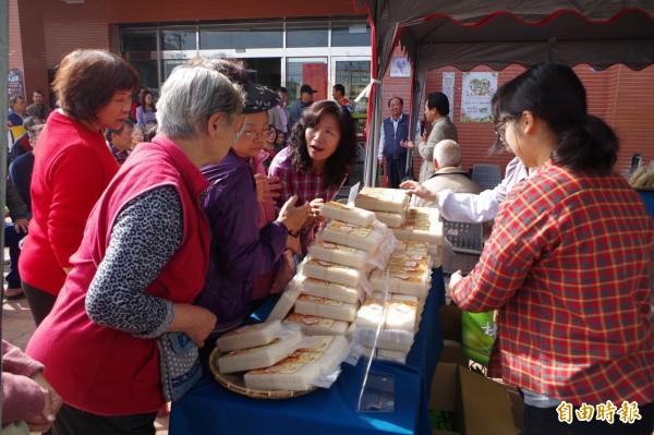 雲林縣林內鄉農會今年初試啼聲,即入圍全國10大精選好米,農會今天舉辦行銷發表會,婆婆媽媽搶購冠軍米嘗鮮。(記者林國賢攝)