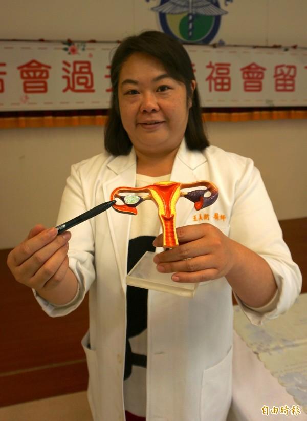 醫師王美衡指出免疫疾病抗體會破壞卵子品質、輸卵管功能。(記者蔡淑媛攝)