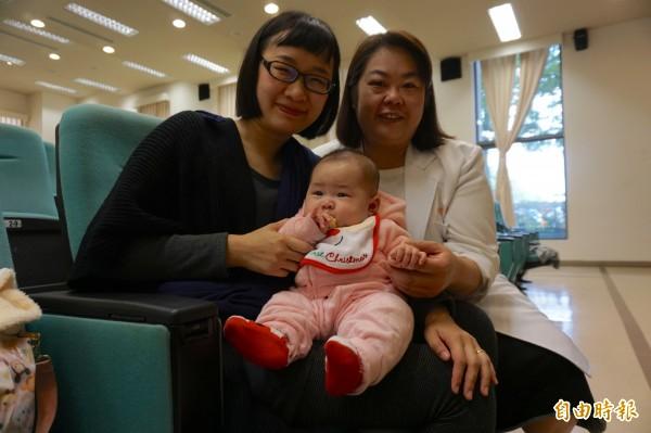 高姓婦人接受免疫和不孕症治療,終於生下寶貝女兒,感謝主治醫師王美衡開心合照。(記者蔡淑媛攝)