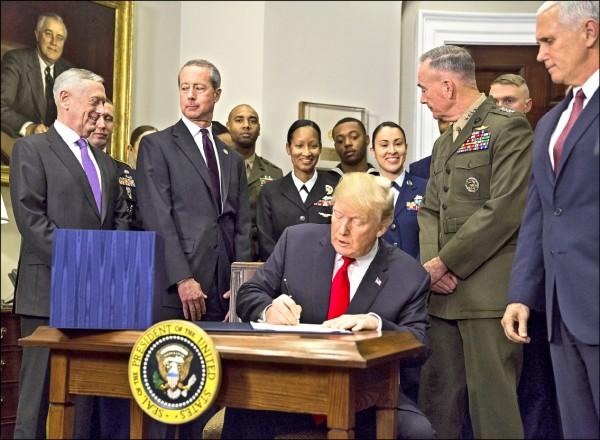 美國總統川普十二日於白宮羅斯福室,簽署二○一八年「財政年度國防授權法案」(NDAA),可望強化台美軍事交流,並評估美台海軍艦艇互訪的可行性。(彭博)