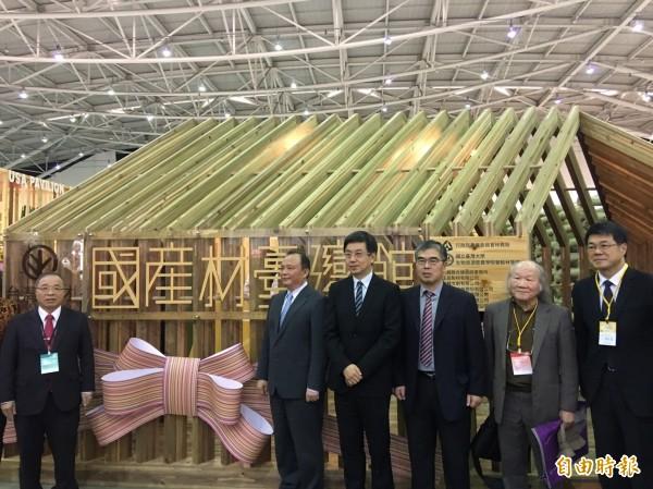 林聰賢(左2)今天出席2017「台北國際建築建材暨產品展」國產材台灣館開幕。(記者吳欣恬攝)
