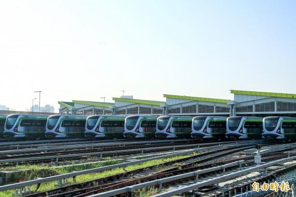 台中捷運綠線電聯車在北屯機廠一字排開。(記者張菁雅攝)