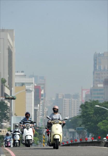 交通部長賀陳旦昨表示,汰換高污染車輛必須補助及管制併行,願意淘汰車輛的民眾,可以給張電子票證,政府儲值補貼公共運輸費用。圖為空氣污染嚴重地區,天空一片灰朦朦。(資料照)