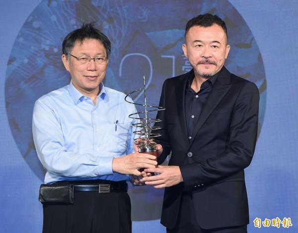 台北文化獎頒獎典禮14日在中山堂舉行,台北市長柯文哲(左)頒獎給得獎者客家文化傳唱舵手黃連煜(右)。(記者廖振輝攝)