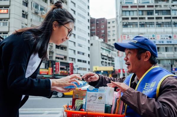 在街上經常看到的這些街賣者,你有跟他們買過嗎?(圖片由點點善提供使用)
