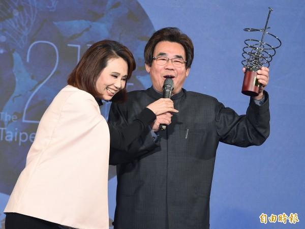 台北文化獎頒獎典禮14日在中山堂舉行,得獎者明華園戲劇總團團長陳勝福(右)、孫翠鳳(左)夫婦在台上笑開懷。(記者廖振輝攝)
