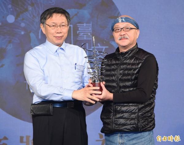 台北市文化獎頒獎典禮14日在中山堂舉行,台北市長柯文哲(左)頒獎給得獎人差事劇團創立人鍾喬(右)。(記者廖振輝攝)