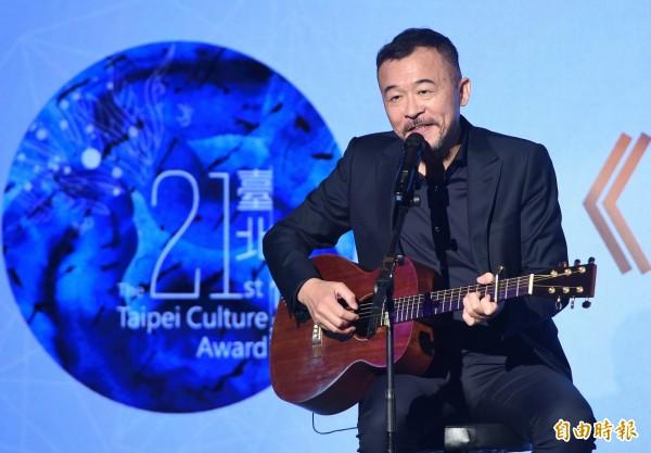 台北文化獎頒獎典禮14日在中山堂舉行,得獎者客家文化傳唱舵手黃連煜在會中演唱。(記者廖振輝攝)