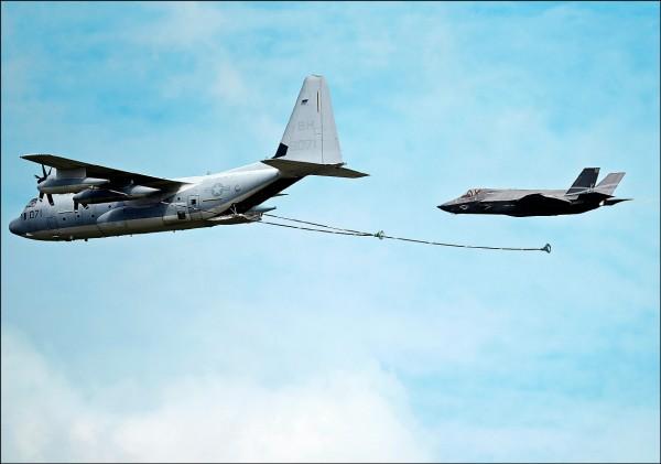 美國學者費學禮呼籲川普政府出售KC-130(圖左)空中加油機給台灣,增加F-16戰機的續航力,但我軍方及軍事專家仍較希望獲得F-35(圖右)等新式戰機。(路透資料照)