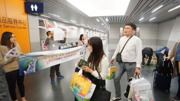 韓籍觀光客搭乘廉航直飛台中,中市府派員現場歡迎。(中市觀旅局提供)