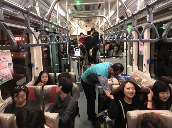 搭乘廉航直飛台中的韓國觀光客,搭上電動公車。(中市觀旅局提供)