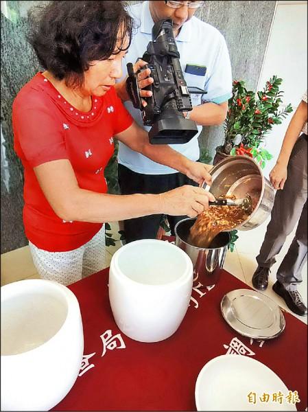 苗栗檢調單位所查扣的骨灰罐,因內膽的防震套為不銹鋼材質,被會員用來燉煮食物等用途,圖為模擬內膽被用來做鍋子的畫面。(資料照,記者張勳騰攝)
