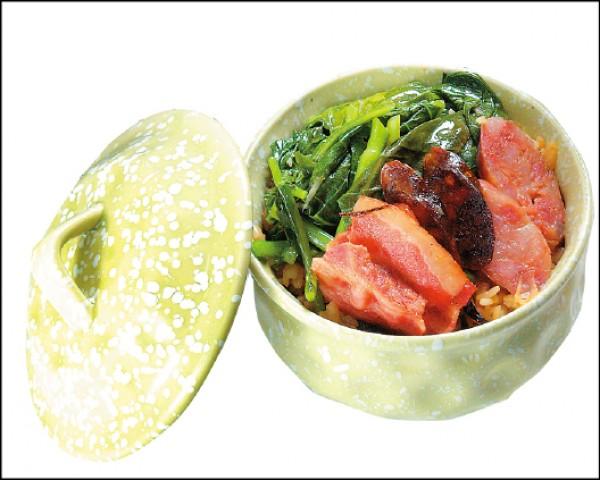 台鐵煲仔飯/268元。台鐵今年7月新推出的煲仔飯,以台式香腸、港式肝腸、西式培根為主菜,搭配台灣香菇、高麗菜等配菜,再以鶯歌陶瓷碗盛裝,很有收藏價值。(記者陳宇睿/攝影)