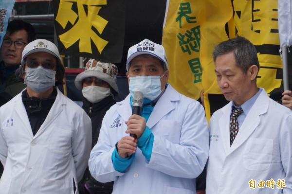 台灣健康空氣行動聯盟理事長葉光芃(中)肯定中南部五縣市首長站出來挺反空污遊行。(記者歐素美攝)