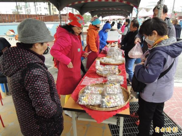 社區媽媽展售的五行湯圓,受到青睞,買氣熱絡。(記者張勳騰攝)
