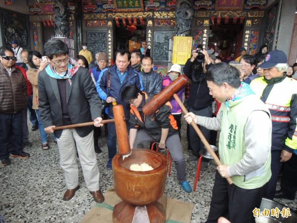 行政院客委會副主委楊長鎮(左)等人,體驗打米茲粑DIY。(記者張勳騰攝)