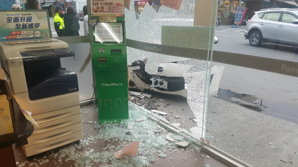 自小客車撞進超商,還好只有擋風玻璃破碎。(記者王秀亭翻攝)