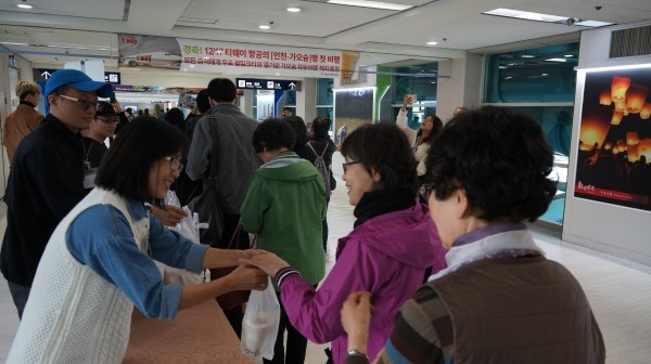 韓籍「德威航空」今天開航「仁川-高雄」航線,高市觀光局贈送韓國人最喜歡的珍珠奶茶,給每位首航旅客。(記者葛祐豪翻攝)