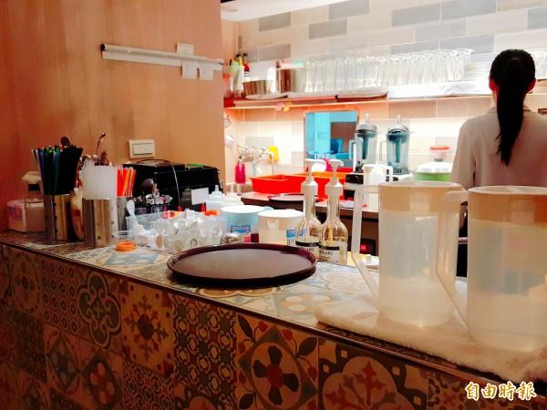 店內備有專門的吧檯製作甜點和飲料,有高達近90種的飲料可選擇,簡直像是專業手搖飲料店搬進店內,如果是點鮮果汁,更是現點現打,甜度和冰塊都能調整。(記者楊心慧攝)