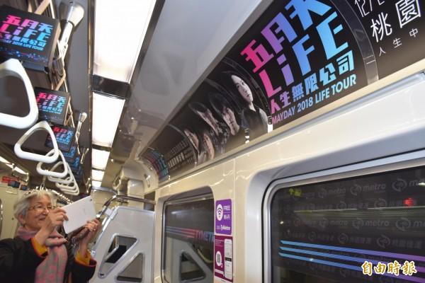 桃園機場捷運推出五月天演唱會主題的彩繪列車,吸引不分年齡層的粉絲打卡、拍照拍個夠!(記者李容萍攝)