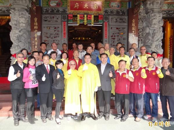 四十餘歲的聖為企業負責人王健源(前排左六)獲選為南市東區南天府首位青壯世代的主委。(記者王俊忠攝)